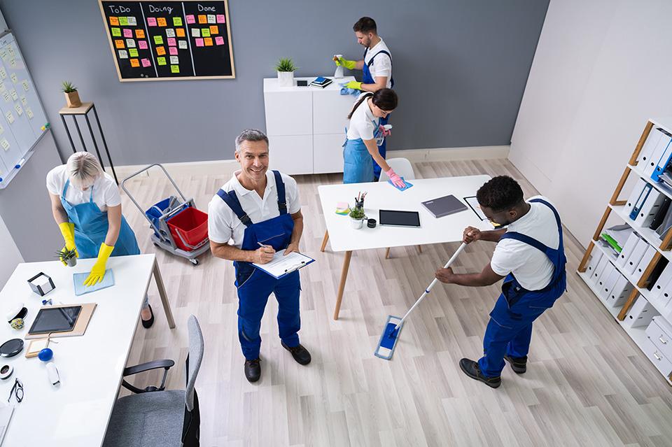 Equipe lors d'un nettoyage de bureaux
