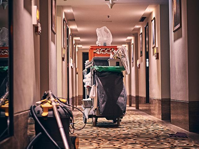Femme de chambre dans hôtel